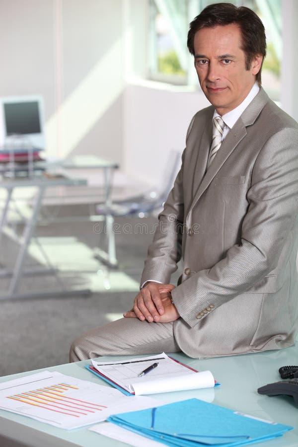 Geschäftsmann gesessen auf Tabelle stockfotos