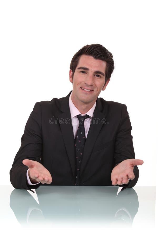 Geschäftsmann gesessen an seinem Schreibtisch lizenzfreie stockfotografie
