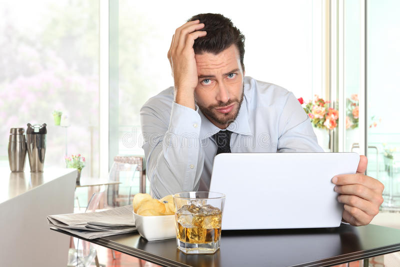 Geschäftsmann gesorgt durch die schlechten Börsennachrichten lizenzfreie stockbilder