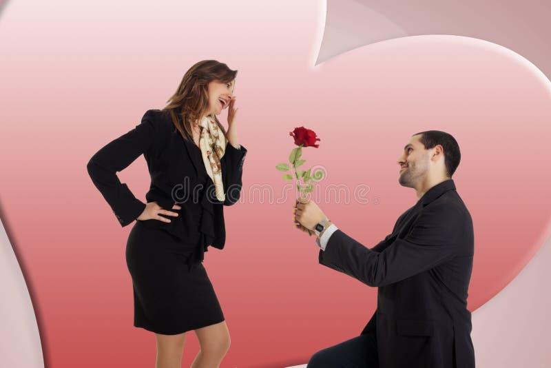 Geschäftsmann gibt seiner Freundin eine Rose stockfotografie