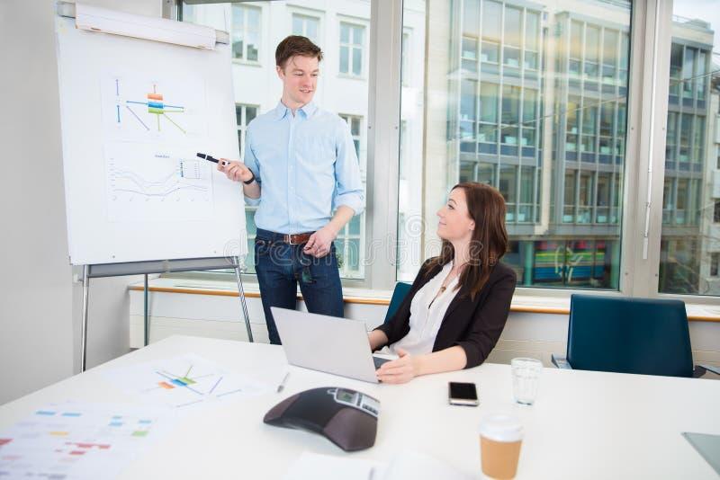 Geschäftsmann-Giving Presentation To-Mitarbeiter im Büro stockbild