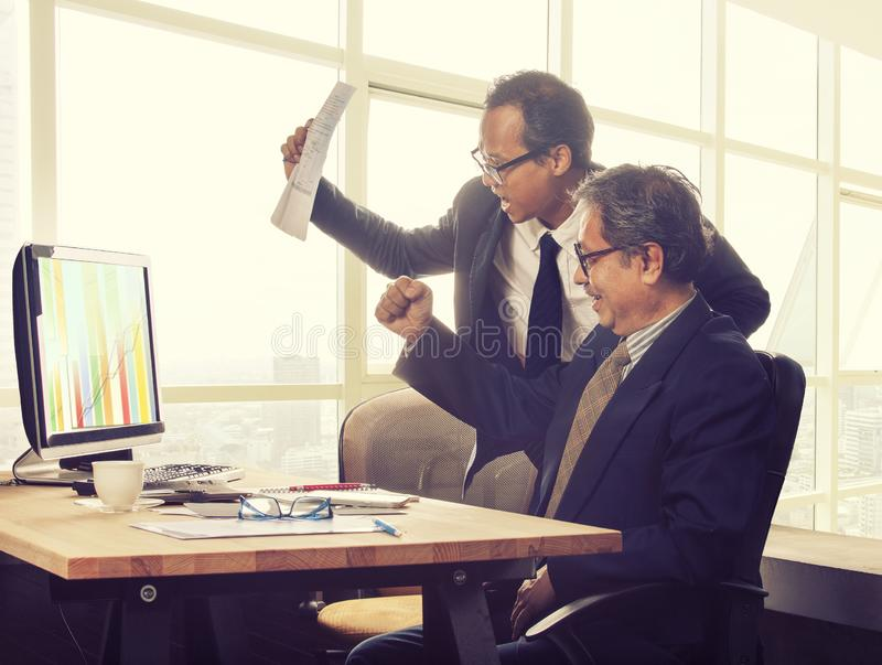Geschäftsmann-Glückgefühl mit zwei Asiaten, das zu hohem Wert g schaut lizenzfreie stockbilder
