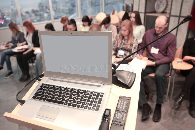 Geschäftsmann hält eine Sitzung in einem modernen Büro ab stockbilder