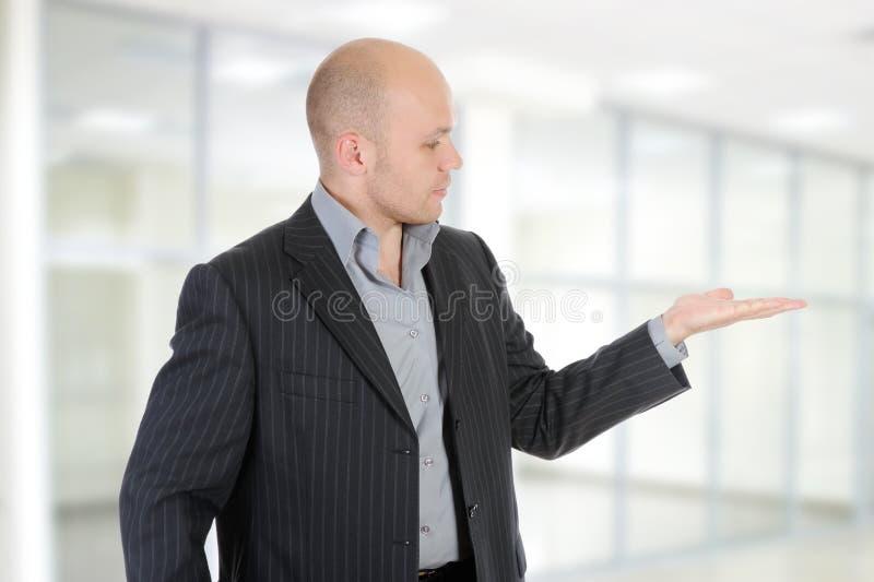 Geschäftsmann hält seine Handpalme hoch. stockbild