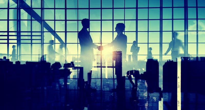 Geschäftsmann-Händedruck-Zusammenfassungs-Zusammenarbeits-Konzept lizenzfreie stockbilder