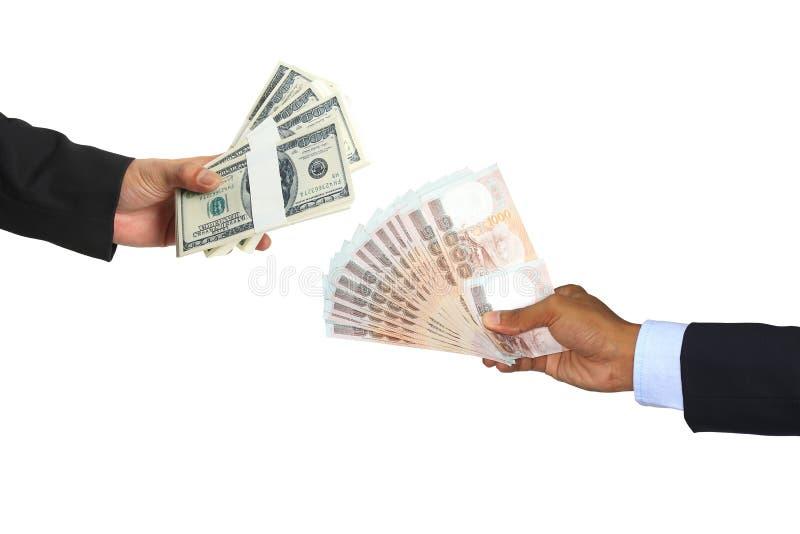 Geschäftsmann Hand mit Austausch usd-Dollar und Thailand-Geld auf weißem Hintergrund, Geldumtauschkonzept stockbilder