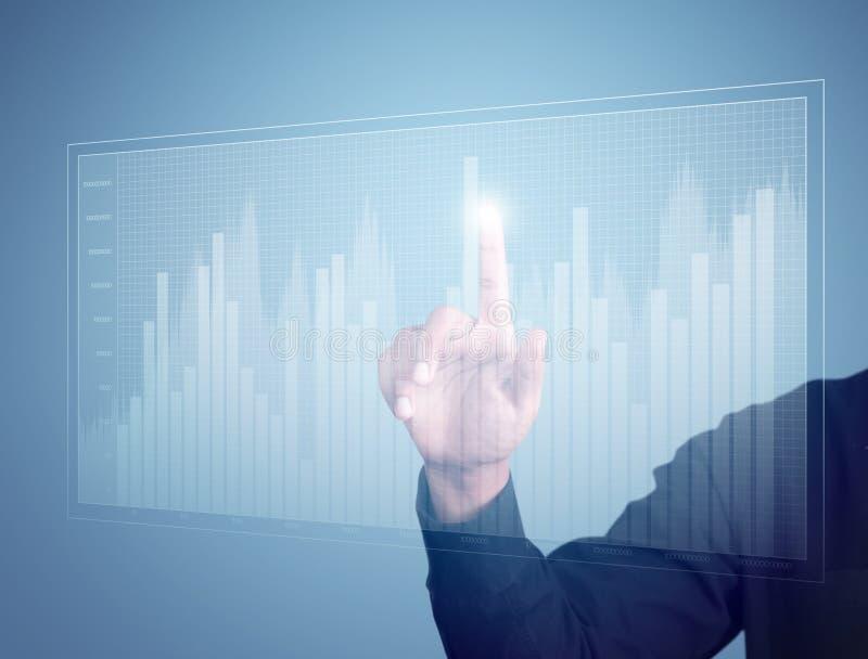 Geschäftsmann-Handpressen ein Diagramm stockfoto