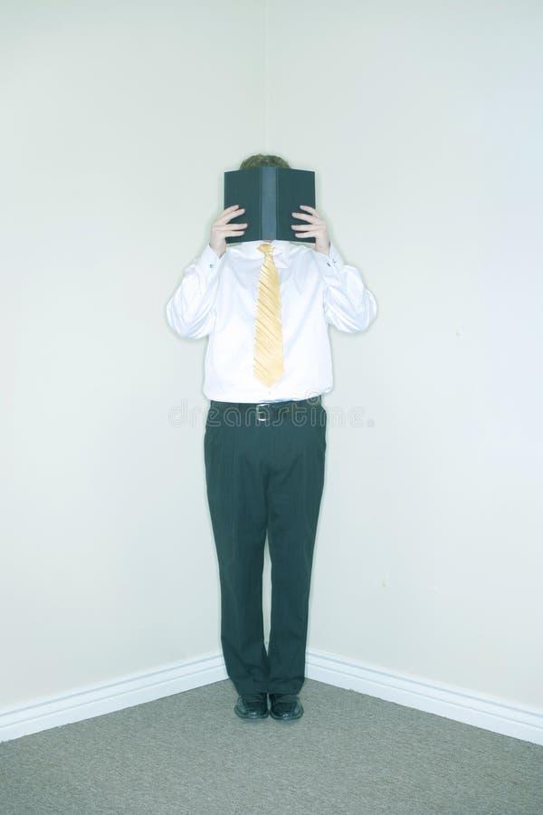 Geschäftsmann hinter Buch lizenzfreie stockbilder