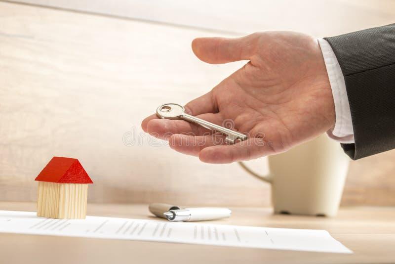 Geschäftsmann Holding Key für Real Estate-Konzept stockbilder