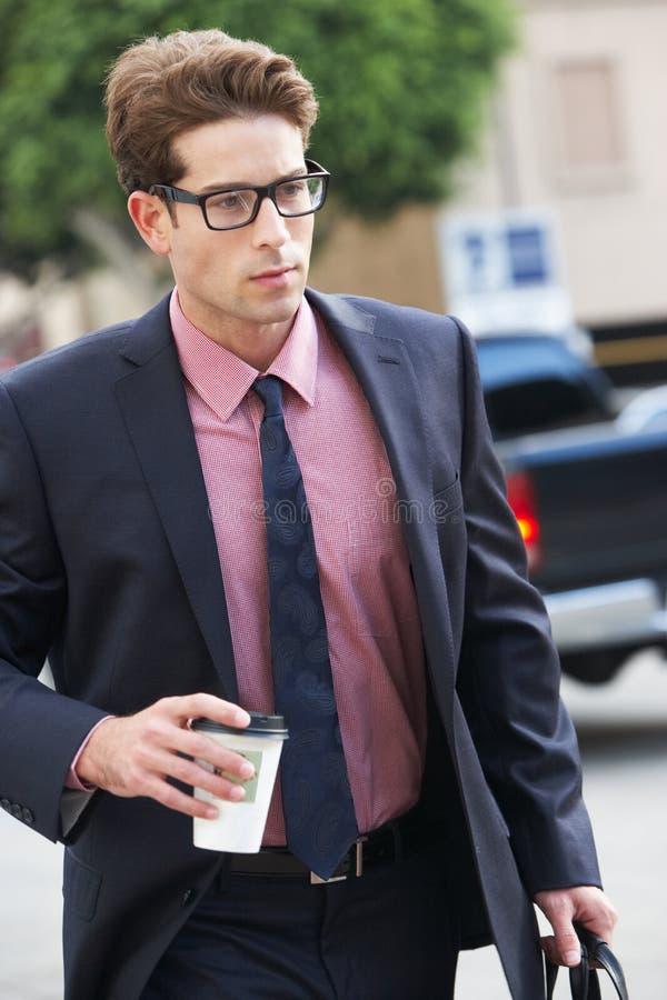 Geschäftsmann Hurrying Along Street, das Mitnehmerkaffee hält stockbilder