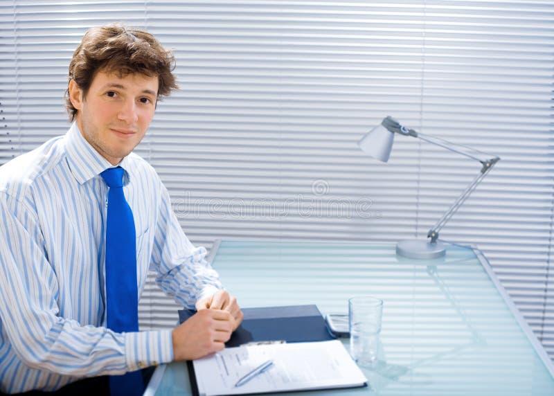 Geschäftsmann im Büro stockbild