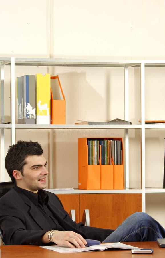 Geschäftsmann im Büro lizenzfreie stockbilder