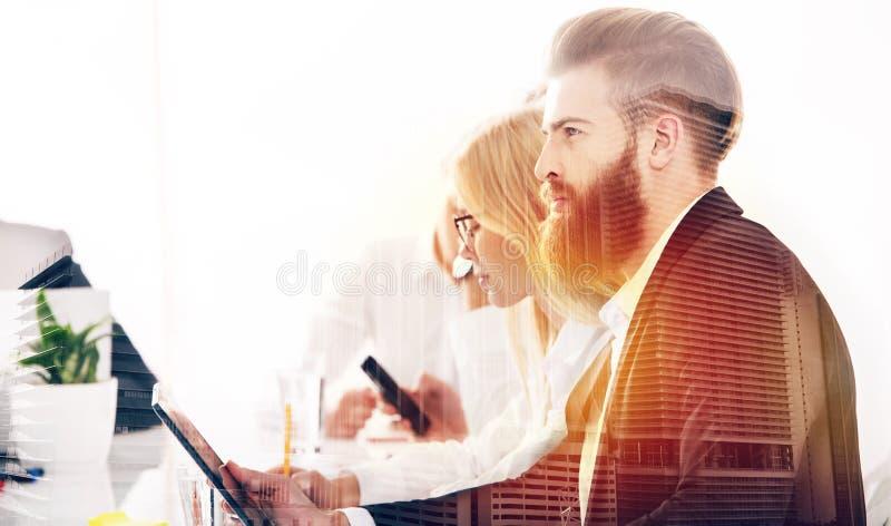 Download Geschäftsmann Im Büro Angeschlossen An Internet Konzept Des  Neuunternehmens Doppelte Berührung Stockbild   Bild Von