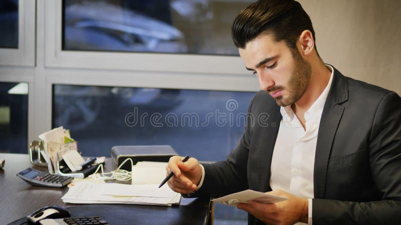 Geschäftsmann im Büro, das Korrespondenz empfängt stockfotos
