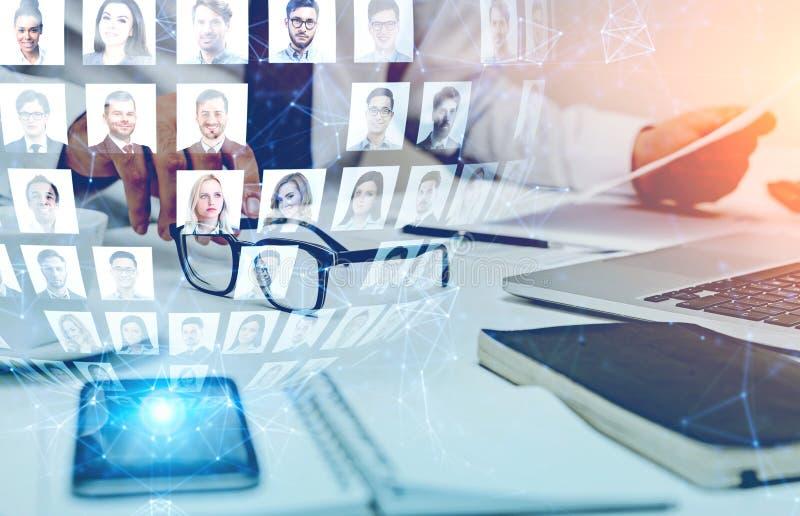 Geschäftsmann im Büro und im Social Media stockbilder