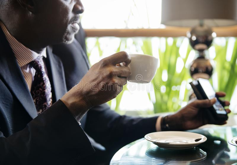 Geschäftsmann im Café für ein heißes Getränk lizenzfreie stockfotos
