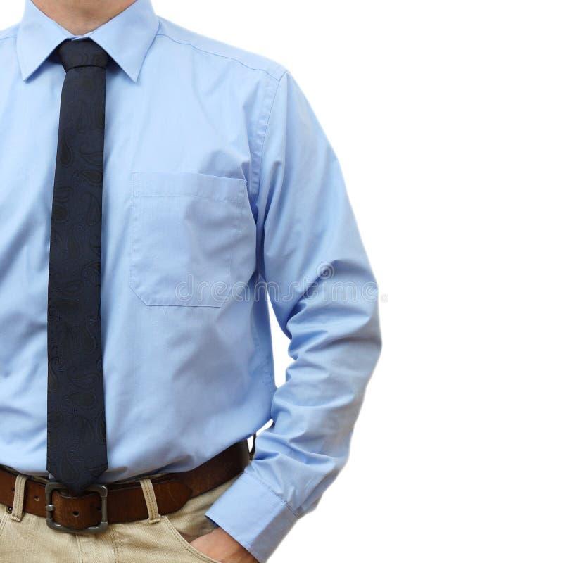 Geschäftsmann im Hemd mit Bindung und in den Jeans mit der Hand in der Tasche auf a lizenzfreies stockbild