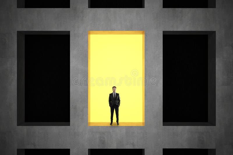Geschäftsmann im konkreten Gebäude lizenzfreie stockfotografie