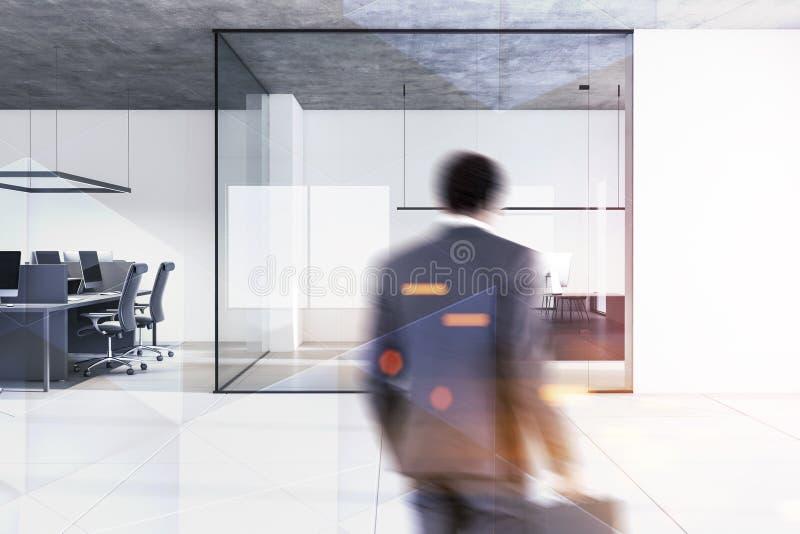 Geschäftsmann im offenen Raum und IN CEO-Büro stockbilder