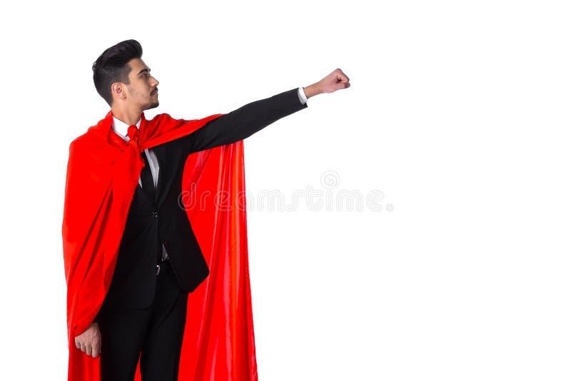 Geschäftsmann im roten Mantel des Superhelden hebt Hand oben an lizenzfreies stockbild
