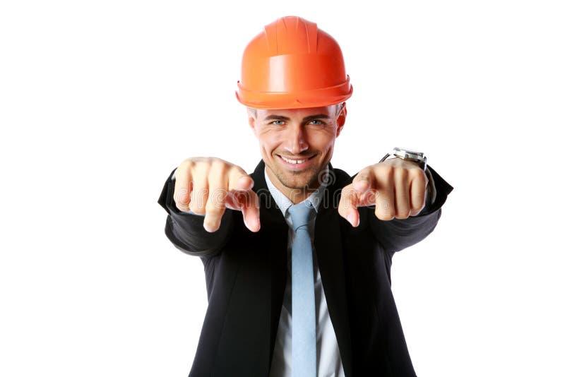 Geschäftsmann im Schutzhelm zeigend auf Sie lizenzfreie stockfotografie