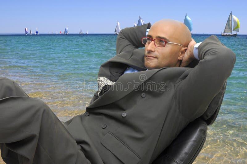 Geschäftsmann im Strand lizenzfreie stockbilder
