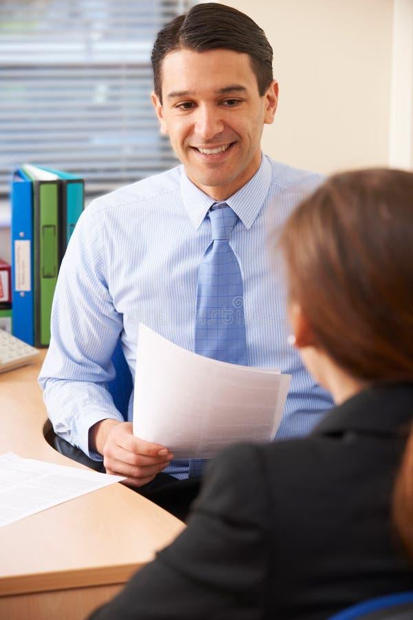 Geschäftsmann Interviewing Female Job Applicant lizenzfreie stockbilder