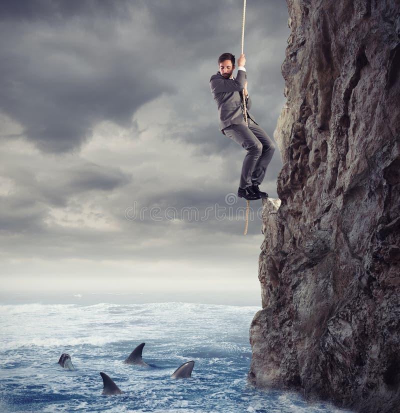 Geschäftsmann ist wahrscheinlich, in das Meer mit Haifischen zu fallen Konzept von Problemen und von Schwierigkeit im Geschäft lizenzfreies stockbild