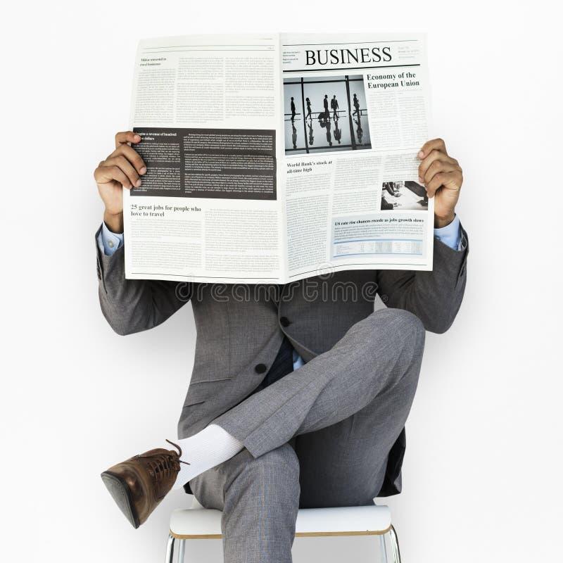 Geschäftsmann-Lesezeitung stockfotos