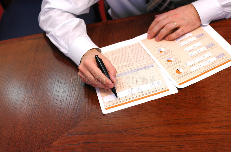 Geschäftsmann liest Finanzreport 1 lizenzfreie stockfotos