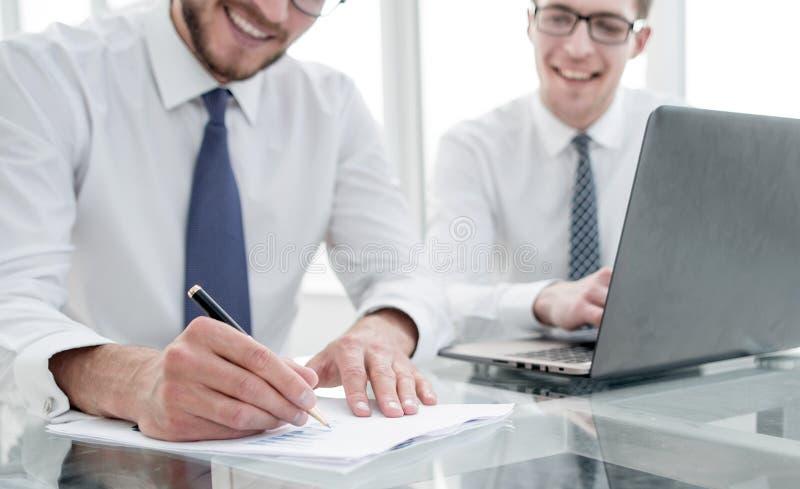 Geschäftsmann macht Anmerkungen für ein neues Geschäftsprojekt lizenzfreie stockfotos