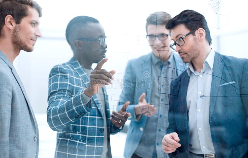 Geschäftsmann macht eine Darstellung für Teilhaber lizenzfreies stockfoto