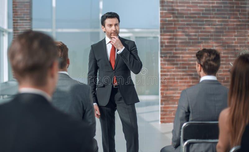 Geschäftsmann macht einen Bericht für das Geschäftsteam lizenzfreies stockbild