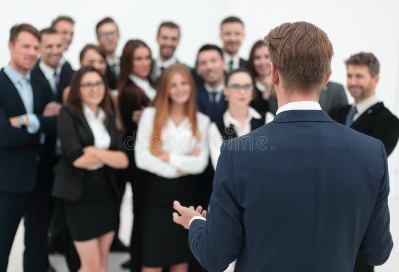 Geschäftsmann macht seinem großen Geschäftsteam eine Rede lizenzfreies stockfoto