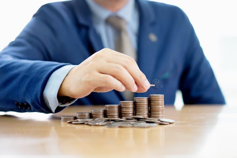 Geschäftsmann-Making Stack Of-Münzen stockbild