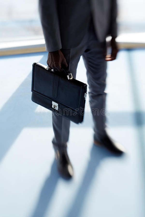Geschäftsmann mit Aktenkoffer lizenzfreie stockfotografie