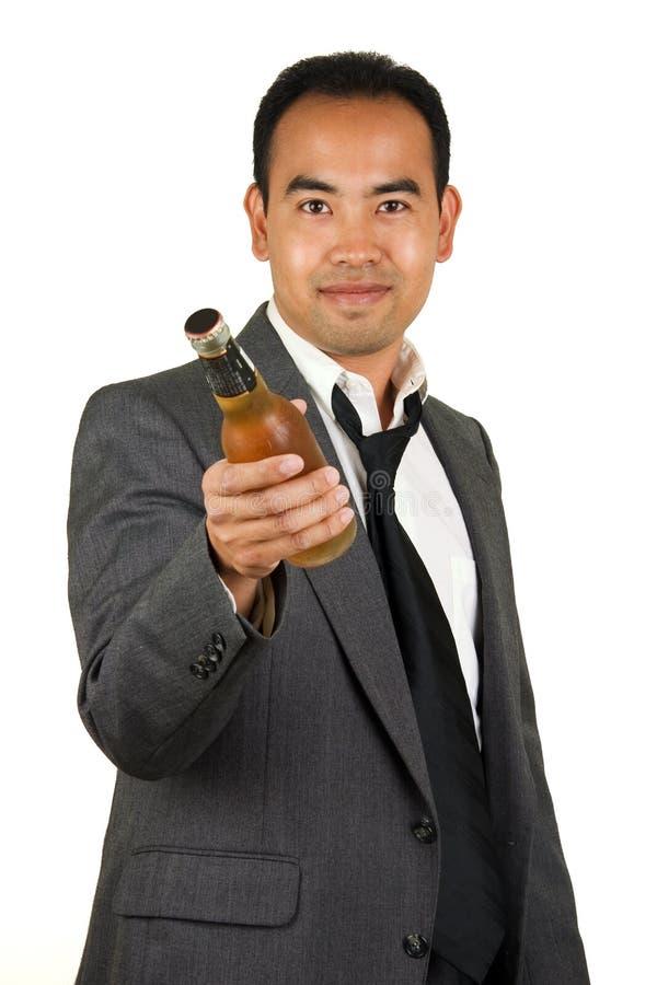 Geschäftsmann mit Bierflasche stockbild