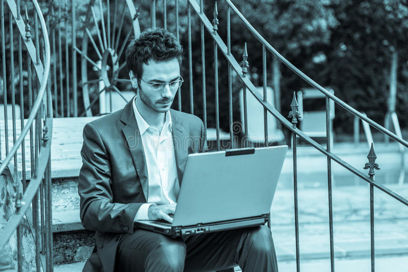 Geschäftsmann mit Computer lizenzfreies stockfoto
