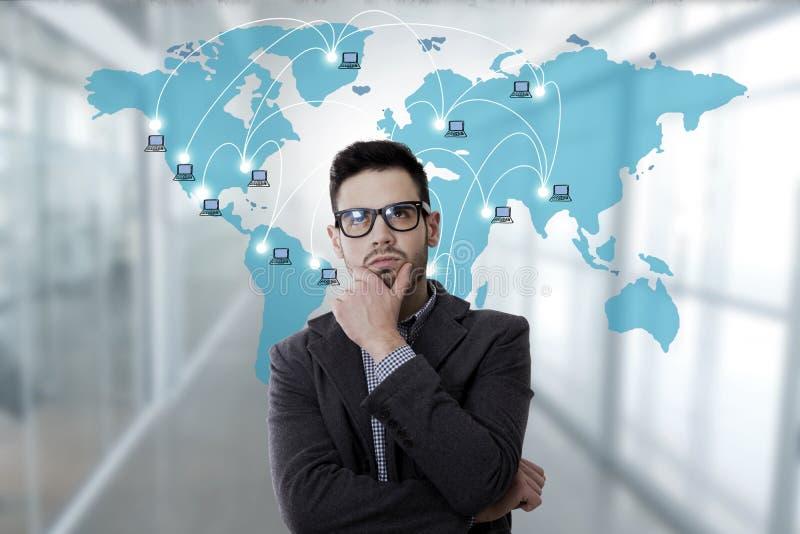 Geschäftsmann mit Computernetzwerken lizenzfreies stockbild