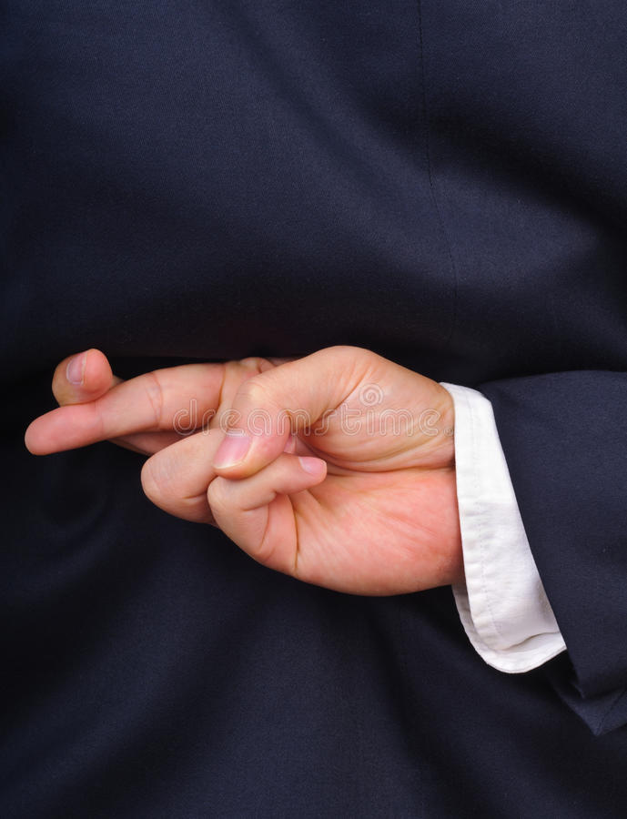 Geschäftsmann mit den Fingern zurück gekreuzt hinter seinem lizenzfreie stockfotografie