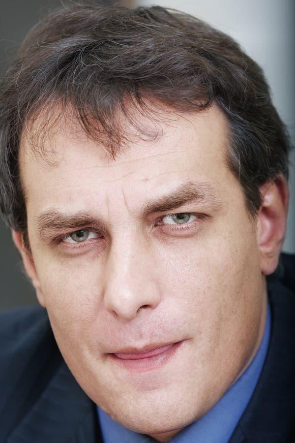 Geschäftsmann mit den getrockneten Lippen lizenzfreies stockbild