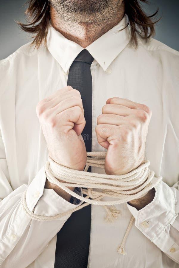 Geschäftsmann mit den Händen gebunden in den Seilen lizenzfreies stockfoto
