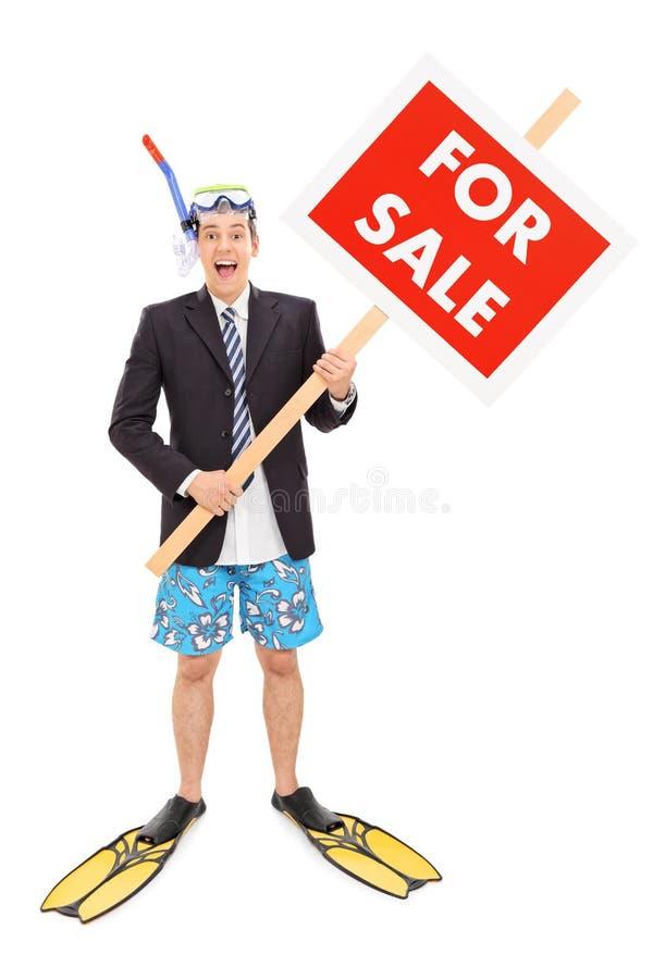 Geschäftsmann mit der Schnorchel, die für Verkaufszeichen hält stockbild