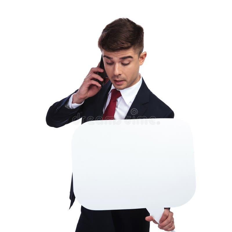 Geschäftsmann mit der Spracheblase, die ein wichtiges Telefon cal hat lizenzfreies stockbild