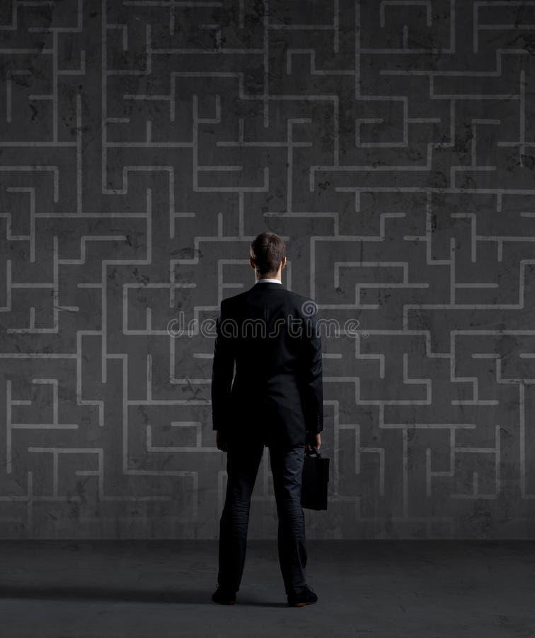 Geschäftsmann mit einem Aktenkoffer auf einem Labyrinth stockfotografie