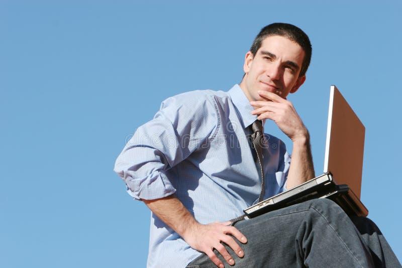 Geschäftsmann mit einem Anblick lizenzfreies stockfoto