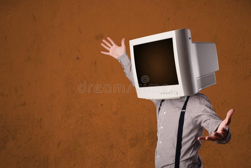 Geschäftsmann mit einem Monitor auf seinem Kopf und braunen leeren Raum stockfotografie