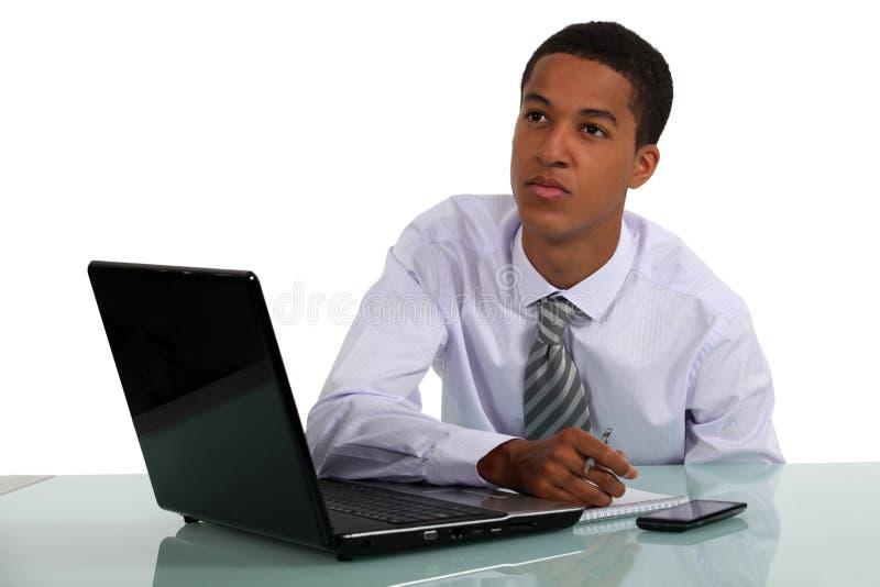 Geschäftsmann mit einem träumerischen Gesicht lizenzfreie stockbilder