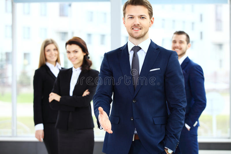 Geschäftsmann mit einer geöffneten Hand betriebsbereit, ein Abkommen zu versiegeln stockbilder