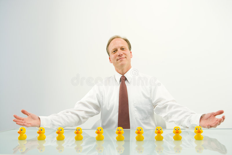 Geschäftsmann mit Enten stockfotografie
